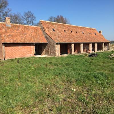 Dakrenovatie van een hoeve in rode oude Boomse pannen, Oostkamp – Brugge